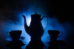 Tema för för matbakgrundste och kaffe Keramisk te för gammal tappning eller kaffekruka med koppar tillbringare och sockerkoppen p Arkivfoton