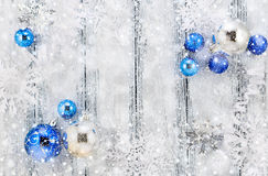 Tema för nytt år: Vita och silvergarneringar för julgran Royaltyfria Bilder