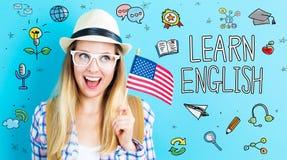 Tema inglés con la mujer joven que sostiene la bandera americana fotos de archivo