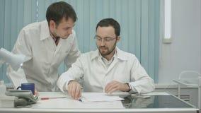 Tema médico: o interno pede para pôr o sinal seu mentor video estoque