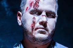 Tema sanguinoso di Halloween: uccisore pazzo come giovane con sangue Fotografia Stock Libera da Diritti