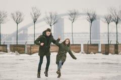 Temadåligt väder i vintern som töar i vår, fattigt arbete för snöborttagning för stads- hjälpmedel Fara av skadan som faller som  royaltyfri bild