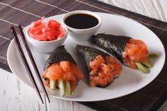 日本三文鱼temaki寿司、姜和调味汁特写镜头 horizont 免版税库存图片