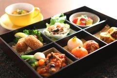 Temari寿司、虾和用卤汁泡的蘑菇,蛋格栅的Bento 库存图片