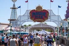 Temaritter och gångare av det Disneyland nöjesfältet i Anaheim, Kalifornien Familjferier i USA royaltyfri bild