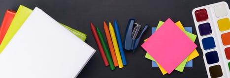 Temas de escuela para la creatividad en una foto larga del fondo oscuro fotos de archivo libres de regalías