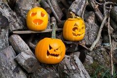 Temas de Halloween La composición de tres talló las calabazas de Halloween en fondo de madera Las calabazas con diverso Halloween Imagenes de archivo