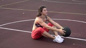 Temasport och en sund livsstil Ung stark caucasian kvinna, i f?r sportswear att g?ra f?r ?vningar f?r lockigt h?r och tatuering arkivfilmer