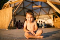 Tematów dzieci i joga Kaukaska chłopiec w błękitnym skrótu dziecku siedzi bosego z jego nogami krzyżować w lotosu falowaniu i poz obraz royalty free