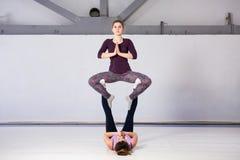 Temat bawi się zdrowie akrobatyczny joga Para dwa młodej Kaukaskiej dziewczyny w gym robi tronowej postury bazie Badanie lekarski zdjęcia royalty free