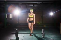 Temat bodybuilding i szkolenie dla pięknego ciała, crossfit Silna dziewczyna iść robić ćwiczeniu z barbell, deadlift ja fotografia stock