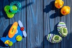 Temat dla dziecko prysznic z butami i bielu tła odgórnego widoku ramowa błękitna drewniana przestrzeń dla teksta Zdjęcie Royalty Free