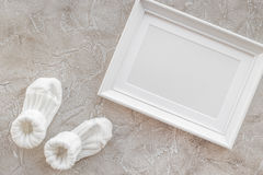 Temat dla dziecko prysznic z butami i bielu tła odgórnego widoku ramowa szara przestrzeń dla teksta Obrazy Stock