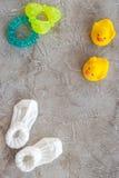 Temat dla dziecko prysznic z butami i bielu tła odgórnego widoku ramowa szara przestrzeń dla teksta Obrazy Royalty Free