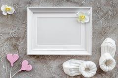 Temat dla dziecko prysznic z butami i bielu tła odgórnego widoku ramowa szara przestrzeń dla teksta Fotografia Stock