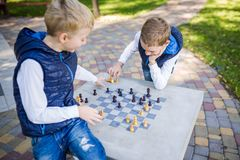 Temat jest dziećmi uczy się, logiczny rozwój, umysł matematyka, złe obliczenie ruchy posuwa się naprzód Duzi rodziny dwa bracia K obrazy stock