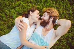 Temat jest sportem i zdrowym stylem życia Młodego człowieka i kobiety para odpoczywa kłamać na ich plecy na zielonej trawie, gazo zdjęcie stock