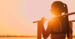 Temat kobiet zdrowie i sporty Piękna caucasian kobieta z kędzierzawy długie włosy pozować na plenerowych sportach gruntuje zbiory wideo
