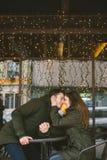 Temat miłości walentynek wakacyjny dzień dobierać do pary student collegu, siedzi stół ulica, Kaukascy heteroseksualni kochankowi zdjęcia stock