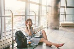 Temat turystyka i podróż młody uczeń Piękna młoda caucasian dziewczyna w sukni i kapeluszu siedzi na podłogowym turystycznym dywa fotografia royalty free