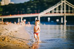 Tematu lata plenerowe aktywność blisko rzeki na mieście wyrzucać na brzeg w Kijowskim Ukraina Mały śmieszny chłopiec bieg wzdłuż  zdjęcie royalty free