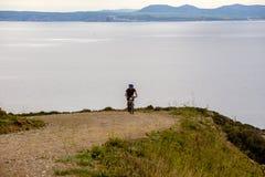 Tematurism och cykla på att cykla för berg grabben rider stigande på en stenig stenig väg mot bakgrunden av det medelhavs- Arkivfoto