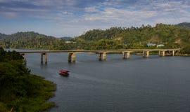 条带在Temenggor湖的海岛桥梁 免版税库存图片