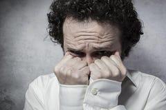 Temi la decisione, l'uomo d'affari con molto impaurito, uomo in camicia bianca Immagini Stock