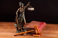 Temida, de hamer van de Rechter en boek Stock Foto