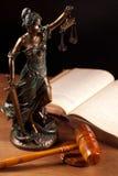 Temida, de hamer van de Rechter en boek Stock Afbeelding