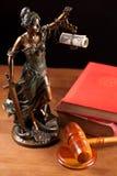 Temida, de hamer van de Rechter en boeken Royalty-vrije Stock Fotografie