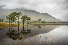 Temor del castillo y del lago de Kilchurn, Escocia fotografía de archivo