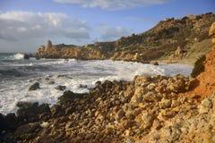 Tempête à la baie IR-Rih de Fomm à Malte Photographie stock libre de droits
