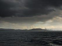 Tempête. îles et bateau à voile Photographie stock libre de droits