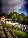 Tempête au-dessus d'un cimetière image stock