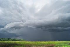 Tempête au-dessus de la vallée Horizontal nuageux photographie stock
