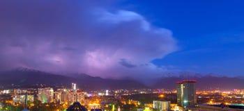 Tempête au-dessus de la ville photographie stock libre de droits