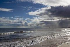 Tempête au-dessus de plage de Walberswick, Suffolk, Angleterre images libres de droits