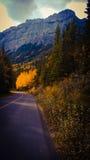 Tempête au-dessus de route de montagne isolée photo stock