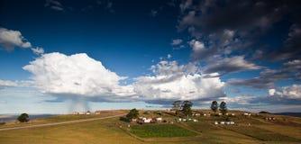 Tempête au-dessus de village rural Images libres de droits