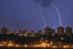 Tempête au-dessus de ville Photographie stock