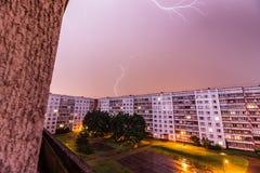 Tempête au-dessus de ville Photos stock