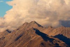 Tempête au-dessus des arêtes de montagne de toundra d'alpinre Photos libres de droits