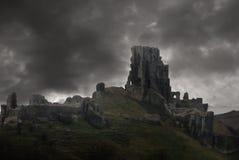 Tempête au-dessus des ruines de château Image stock
