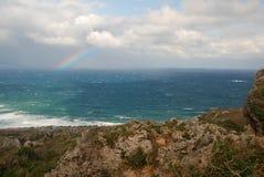 Tempête avec l'arc-en-ciel sur Pacifique Photo stock