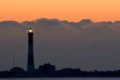 Tempête Cloads et le phare au lever de soleil Photographie stock libre de droits