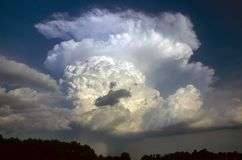 Tempête d'isolement de grêle à la frontière de l'Oklahoma et de l'Arkansas Beaux filets convecteurs de tour, d'enclume et de grêl photo libre de droits