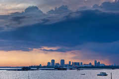 Tempête de coucher du soleil brassant au-dessus de la ville de Johor Bahru Photographie stock
