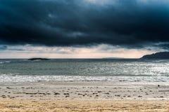Tempête de couvée à une plage Images libres de droits