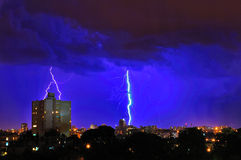 Tempête de foudre au-dessus de ville Image libre de droits